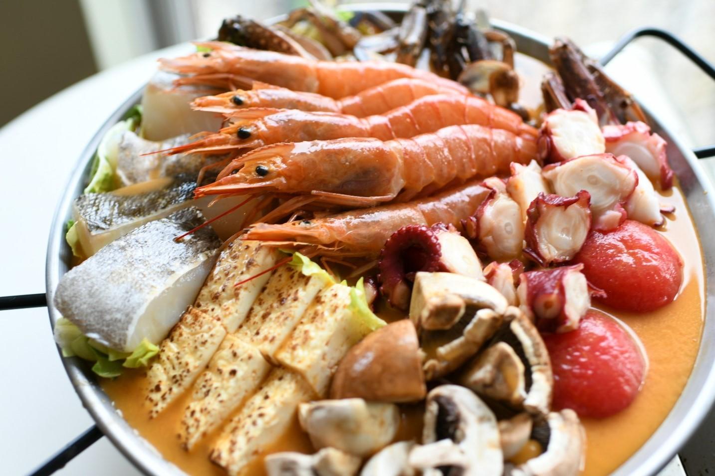 パエリアだしで作る、旬の魚介と野菜の地中海風鍋