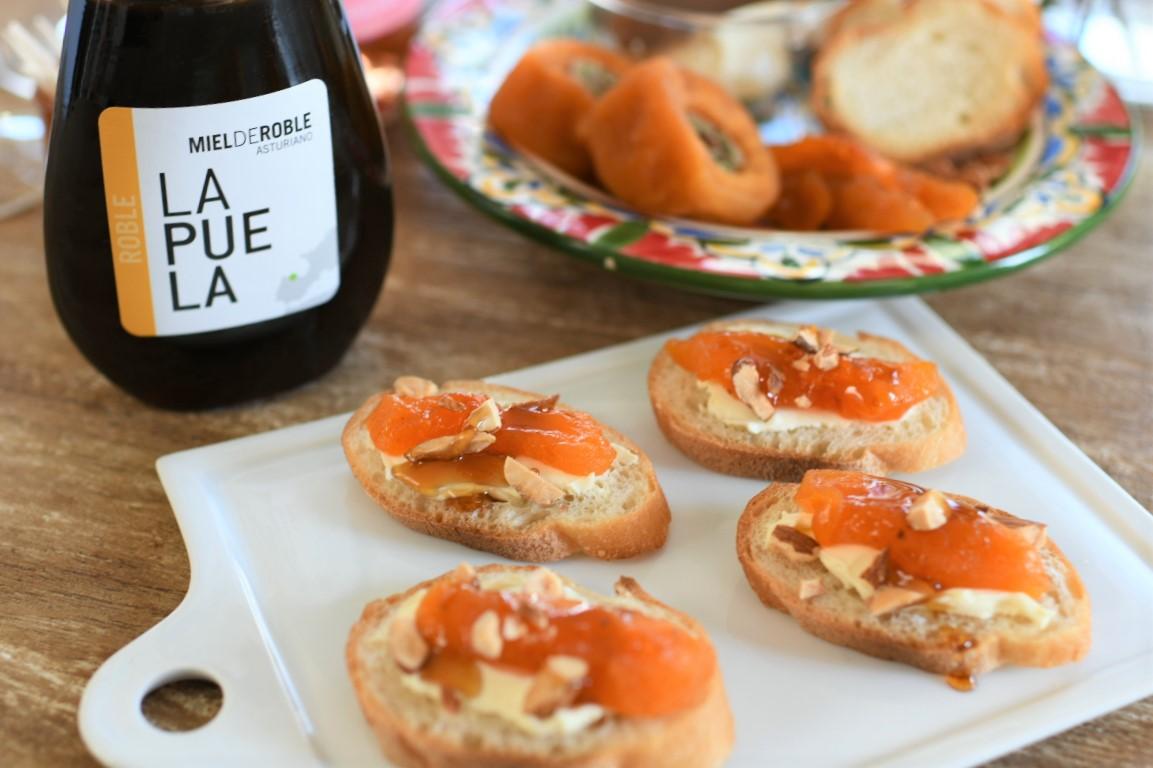 オーク樹の蜂蜜、干し柿とクリームチーズのブルスケッタ