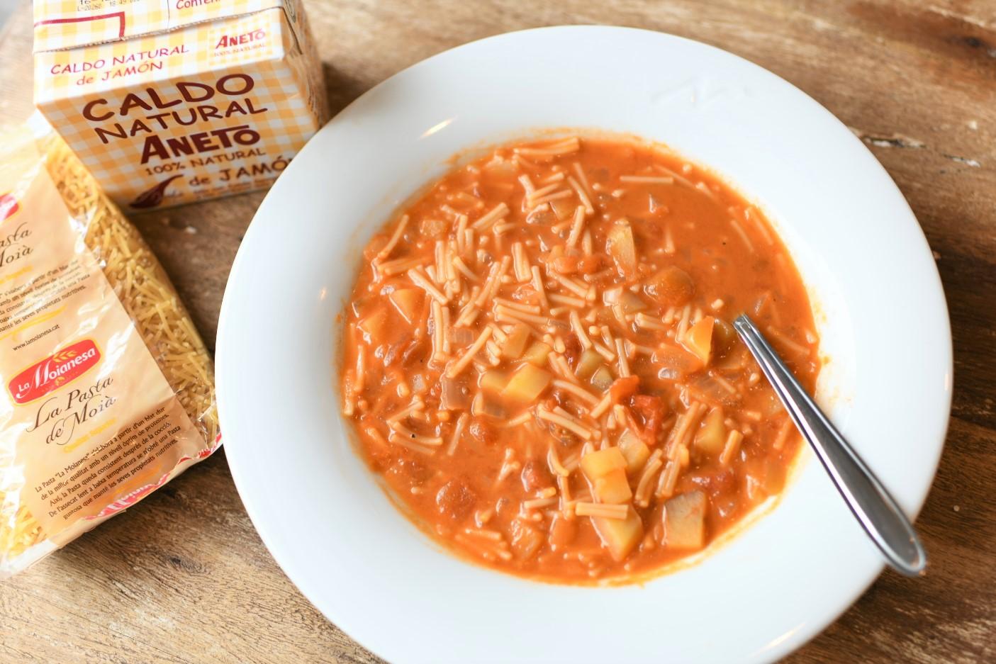 スプーンで食べる、生ハムスープのミネストローネ風パスタ